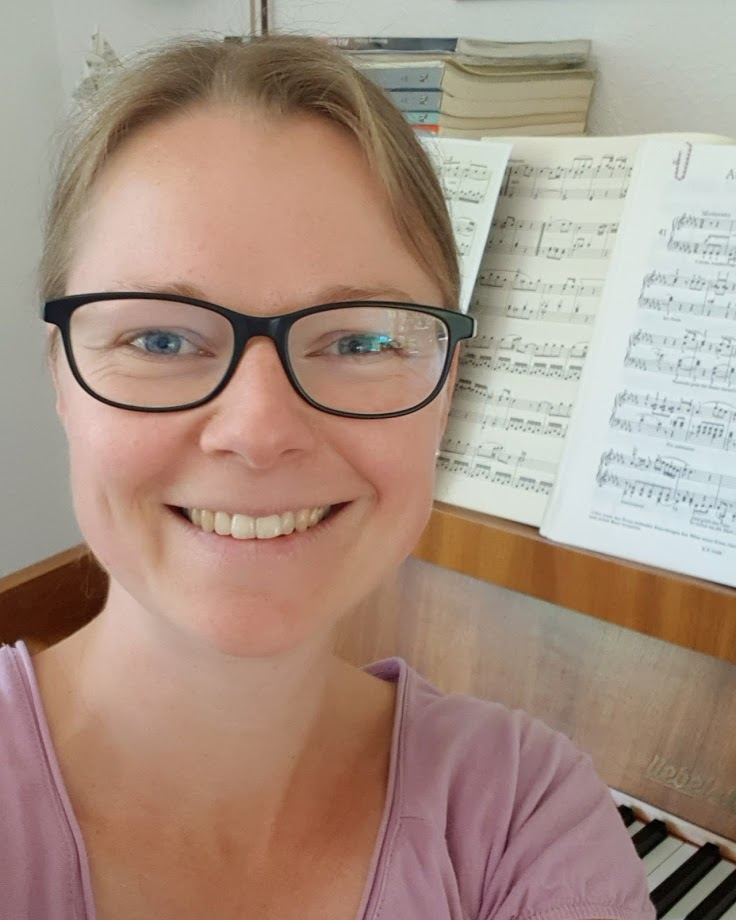 Sabrina Karlem beim Klavierspielen
